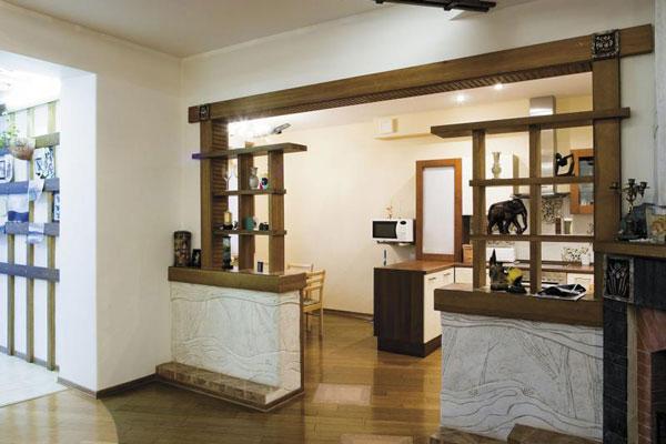 Использование полок на перегородках позволит украсить интерьер дополнительными аксессуарами визуально отделить кухонную зону.
