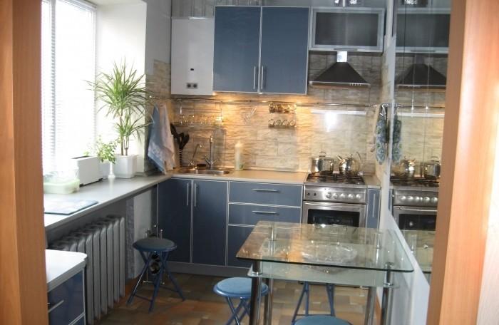 Кухня совмещенная с гостиной с глянцевыми эллементами