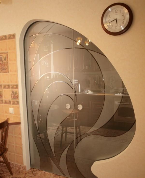 Арка между кухней и гостиной с раздвижными дверьми