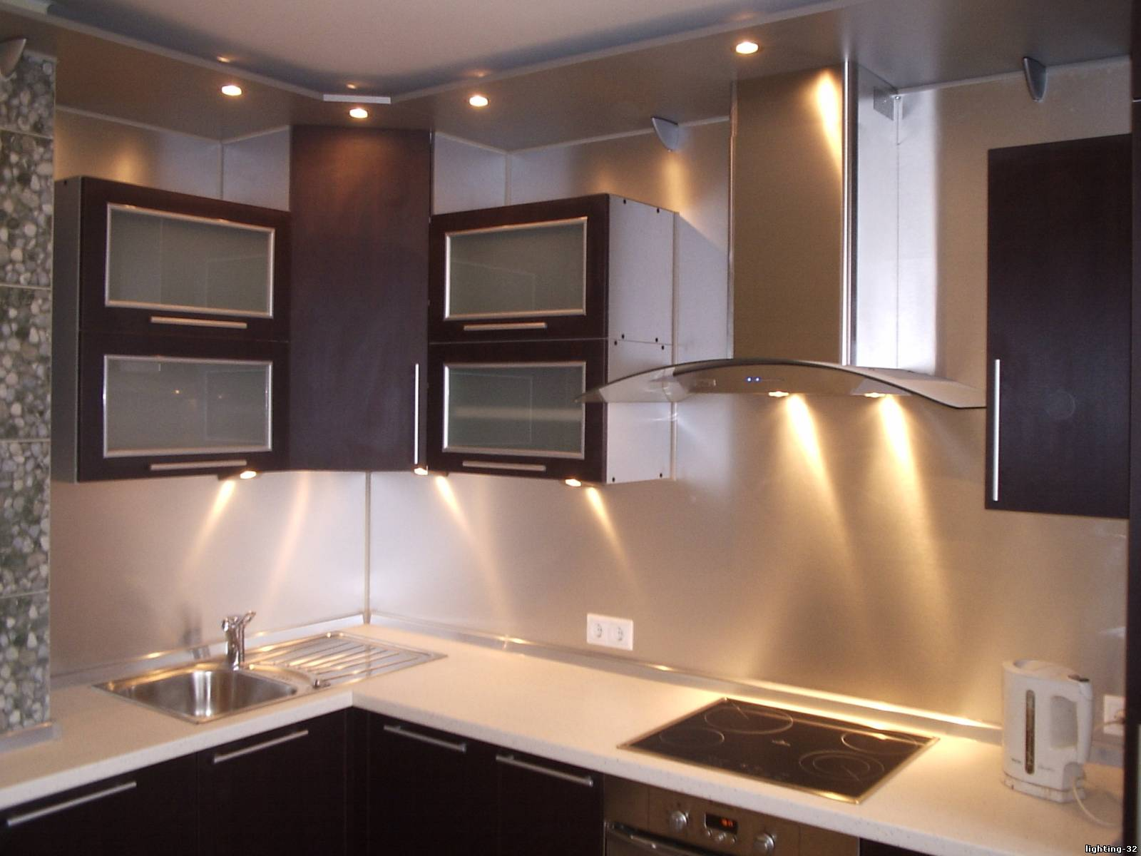 Дополнительная подсветка шкафов на кухне