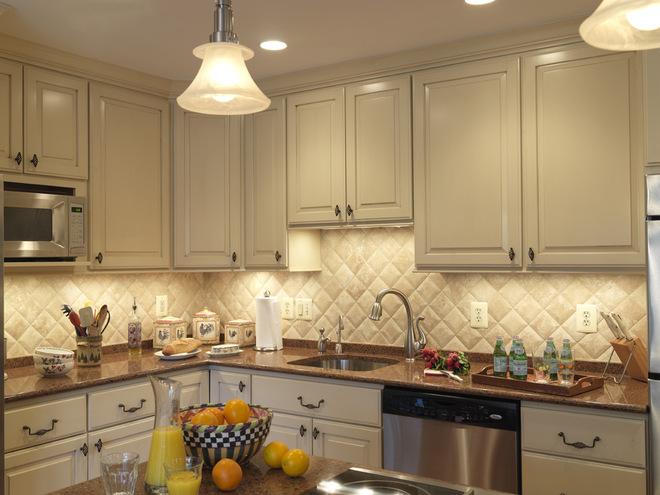Керамическая плитка на фартук на кухню очень практичное решение.