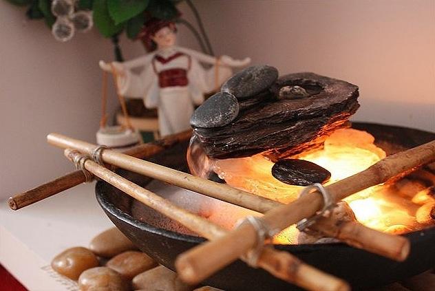 Различные фигурки и украшения расширят интерьер кухни