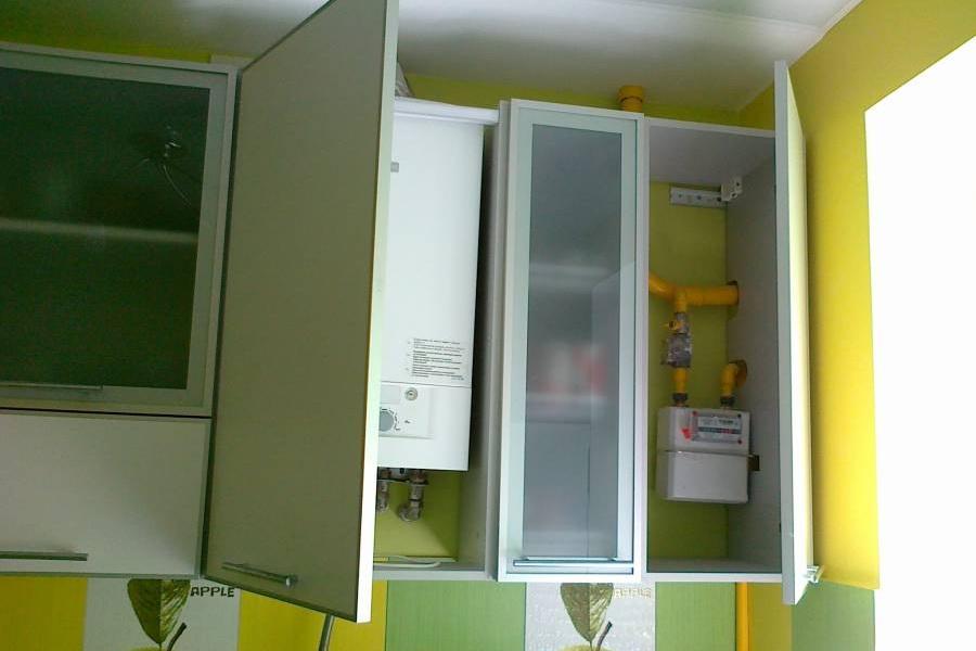 Коммуникации на кухне всегда можно замаскировать спрятав их в фальш-шкафы.