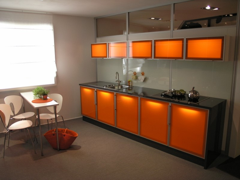 Очень часто в кухнях хай-тек используется необычная подсветка.