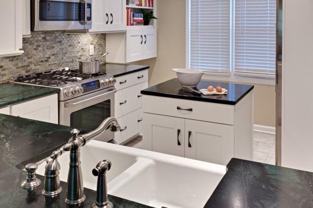 Фасады и столешница кухонного островка должны сочетаться с основным гарнитуром