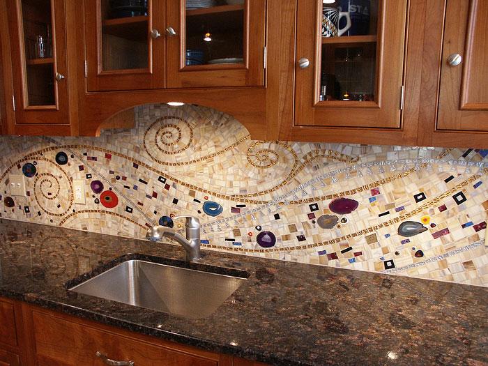Правильно подобранный орнамент на панно украсит интерьер вашей кухни.