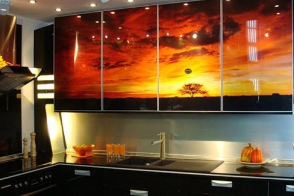 Если на кухне некуда повесить картину, то можно разместить картину на кухонном гарнитуре.