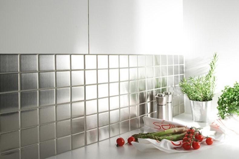 Современная металлическая плитка мозаика будет актуальна для современной кухни.