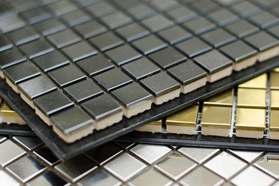 Часто плитки собираются на клюющуюся поверхность и образуют квадрат, который легко перенести на стену.