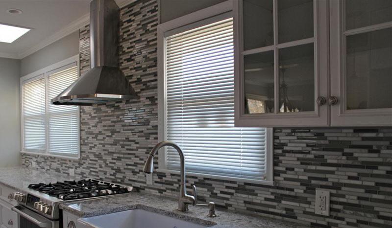 Керамическая плитка на кухню подбирается в тон основному декору.