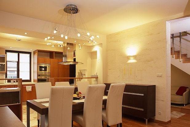 Подсветка столовой зоны кухни потолочным светильником