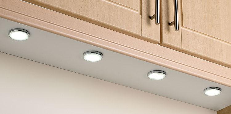 Точечные светильники для подсветки рабочей зоны расположенные под навесными шкафами.