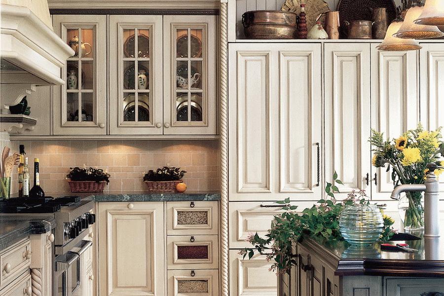 """Кухня в стиле """"Прованс"""" декорированная цветами"""