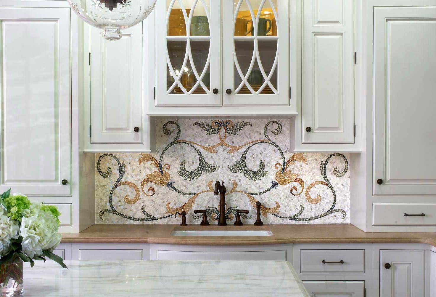 Правильно подобранный узор на мозаичном панно очень гармонично впишется в вашу кухню.