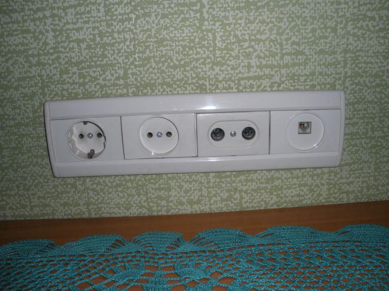 Простые стенные розетки подойдут для подключения холодильника и прочей бытовой техники.