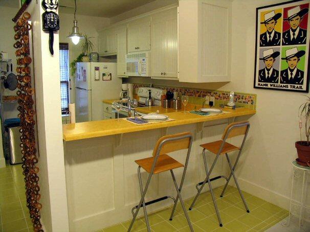 Барная стойка гармонично вписывается в кухню.