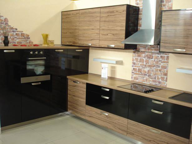 Еще один вариант кухни с комбинированным фасадом
