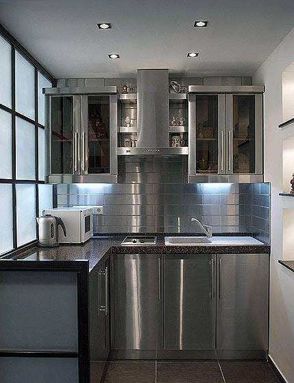 Металлические фасады подходят для кухонь в стиле Хай-тек
