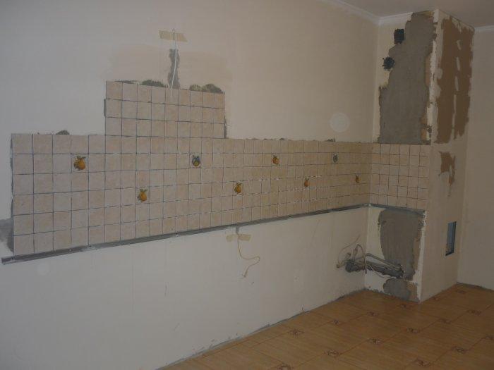После выравнивания стен клеим фартук