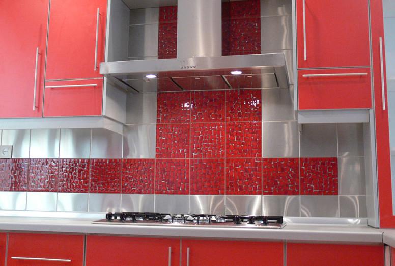 Красная кухня с красным фартуком