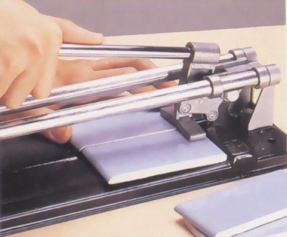 Для резки плитки пользуйтесь специальным инструментом