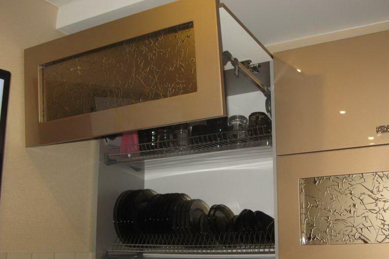 Навесные шкафы позволят вам хранить множество посуды.