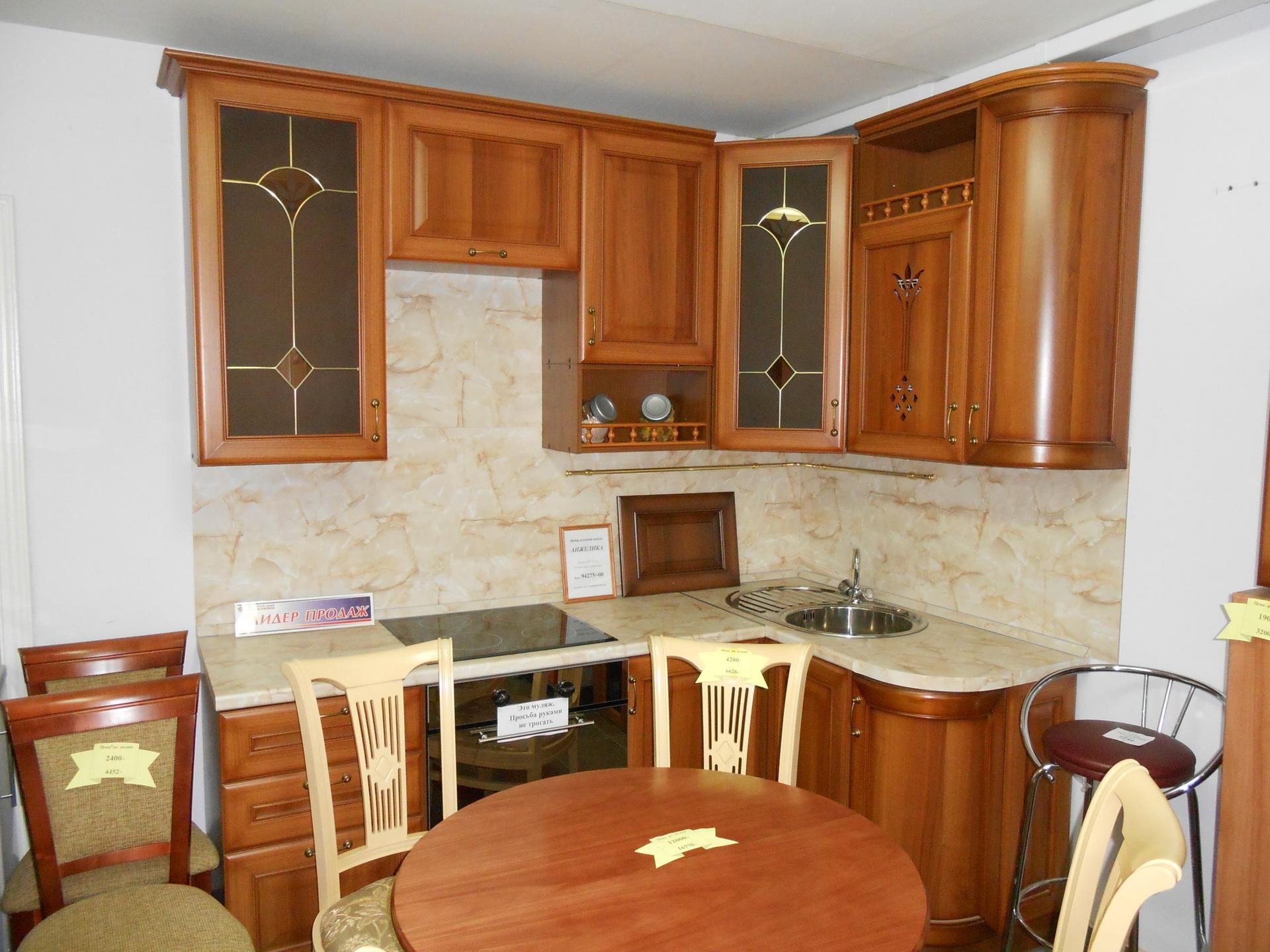 Правильно размещенные шкафы на кухне делают ее очень удобной.