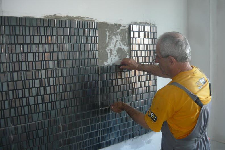 Укладка фартука производится на заранее выровненную стену