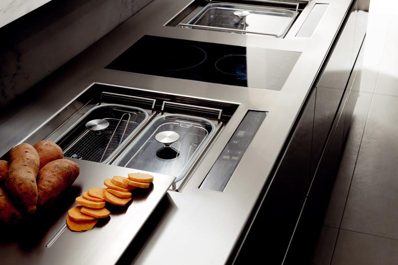 Металлическая столешница для кухни в стиле хай-тек.