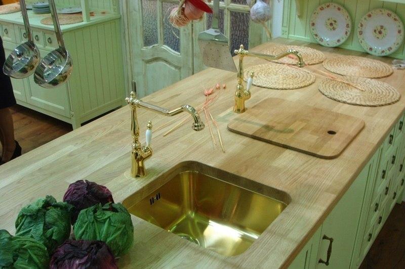 Столешница из дерева подойдет для кухни в стиле кантри.