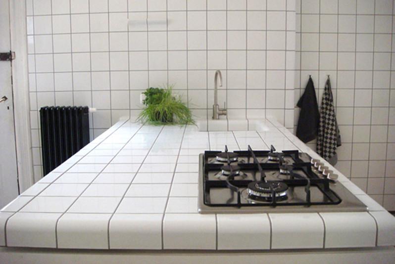 Столешница из керамической плитки – очень гармонично.