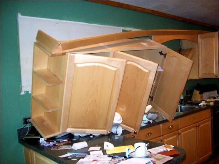 Некачественный монтаж шкафов на кухне может повлечь подобные последствия.