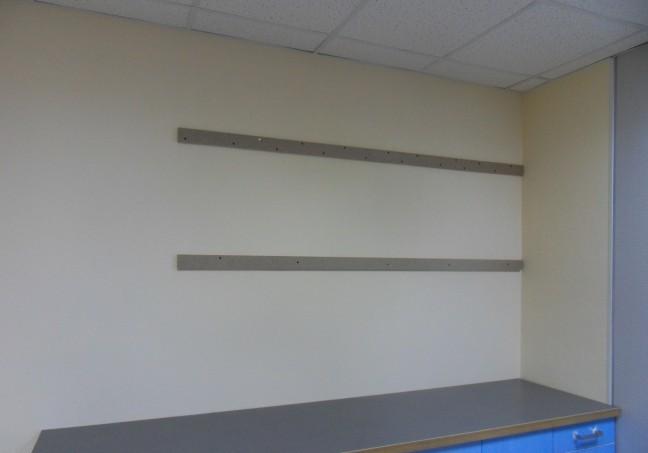 Монтажные рейки помогут правильно распределить нагрузку на стену.