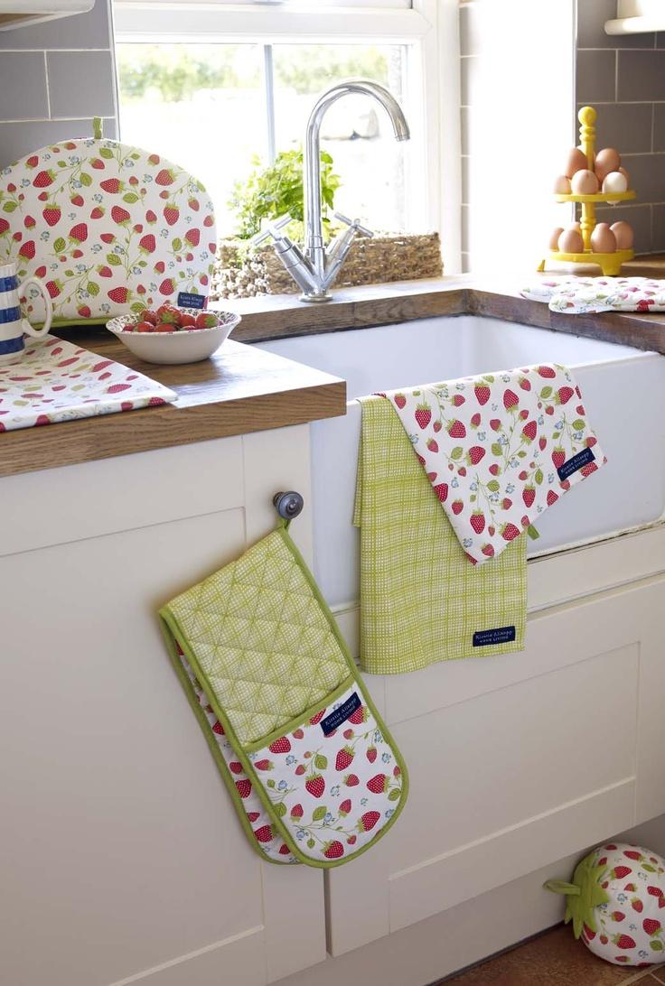 Прихватки и кухонные полотенца в интерьере кухни
