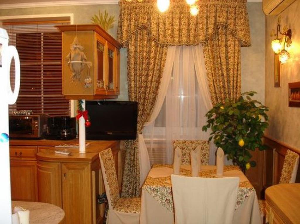Правильно подобранные шторы гармонируют с декором кухни