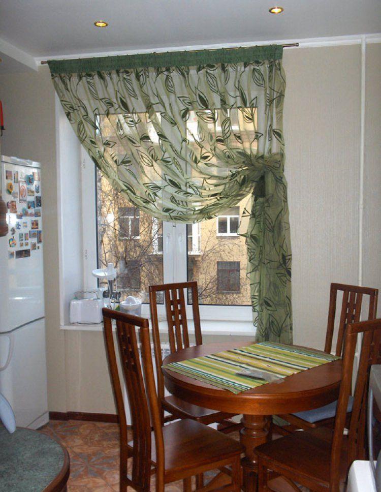 В маленькой кухне лучше использовать легкие шторы