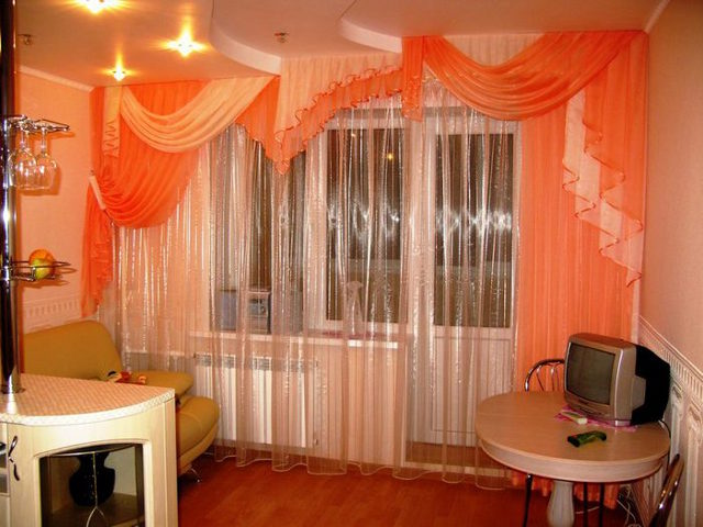 Длинные полупрозрачные шторы украсят вашу кухню