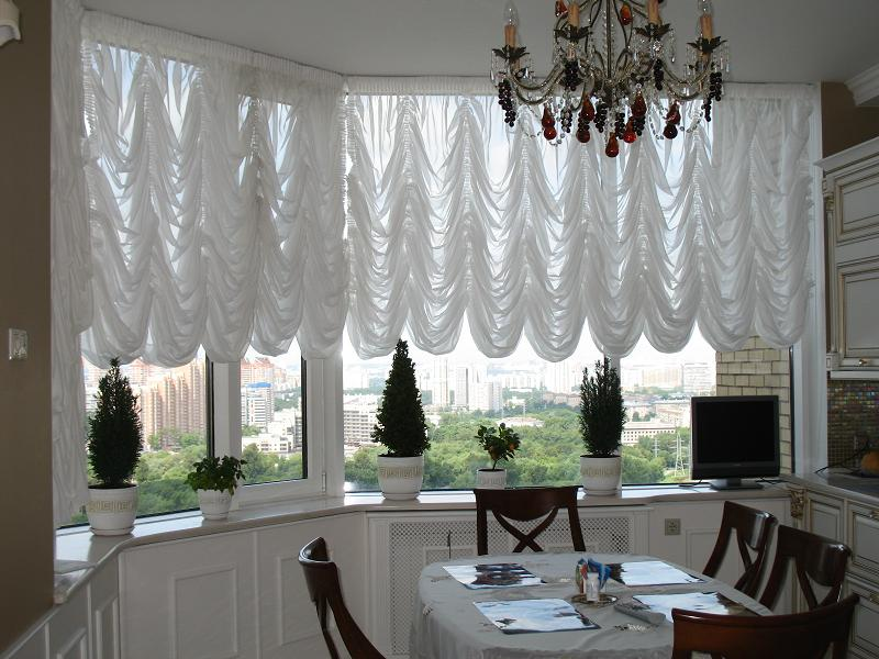 Ламбрикен на кухне с балконом в классическом стиле