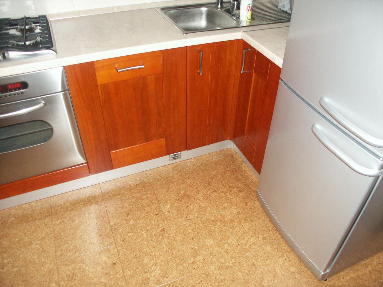 Правильно подобранный линолеум на кухне, прослужит очень долго.