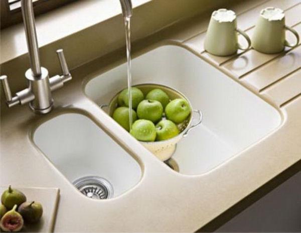 Кухонная мойка из искусственного камня прекрасно вписывается в кухню стиля «классика»