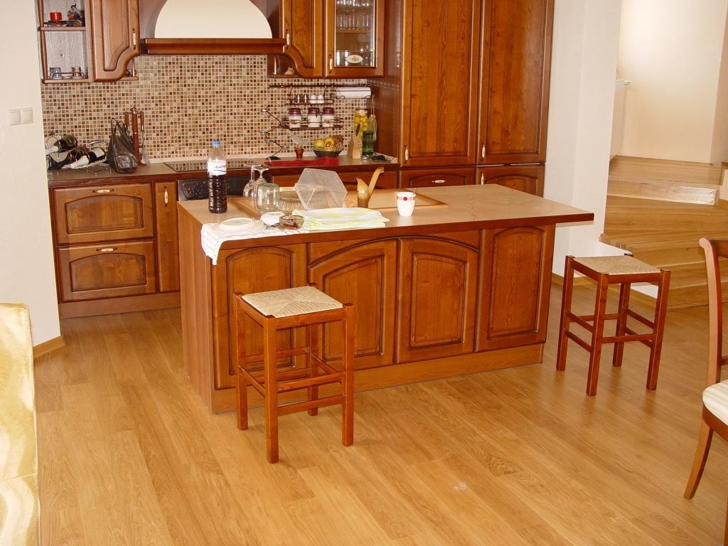 Ламинат очень хорошо сочетается с деревянной мебелью