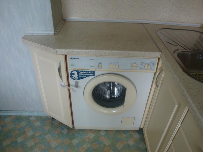 Обычно стиральную машину располагают под столешницей