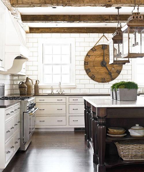 Большие часы органично вписываются в декор кухни