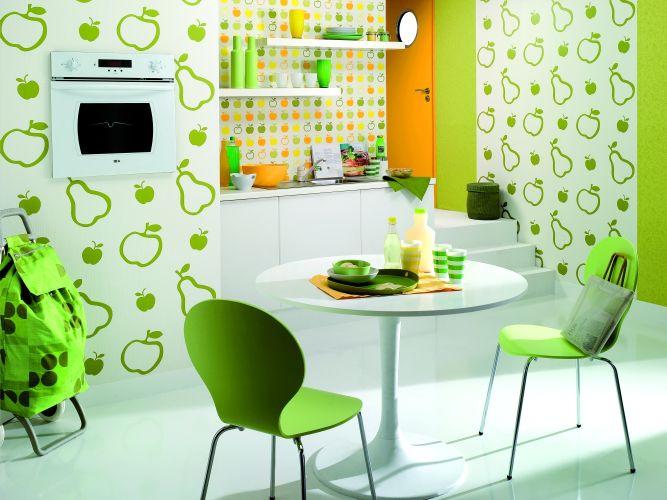 Декорирование стен на кухне предметами столовой тематики