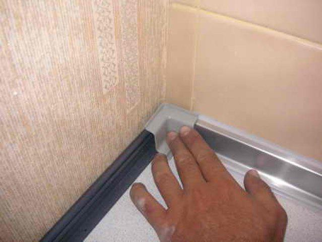 При выборе плинтуса для столешницы, можно остановиться на алюминиевом плинтусе.
