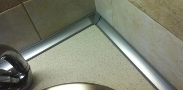 Плинтус между стеной и столешницей не даст упасть предметам за стол