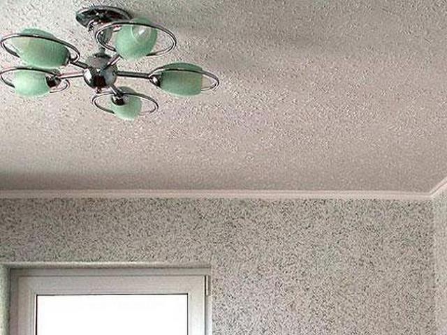 Обои на потолок могут иметь неровную фактуру