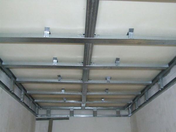 Для подвесных конструкций сначала подготавливают каркас.
