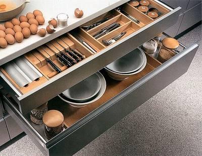 Различная мелочевка такая как ножи, кастрюли, хранят в шкафчике.