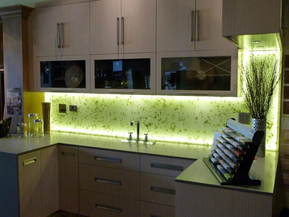 Подсветка рабочей зоны кухни придаст уют и стиль помещению